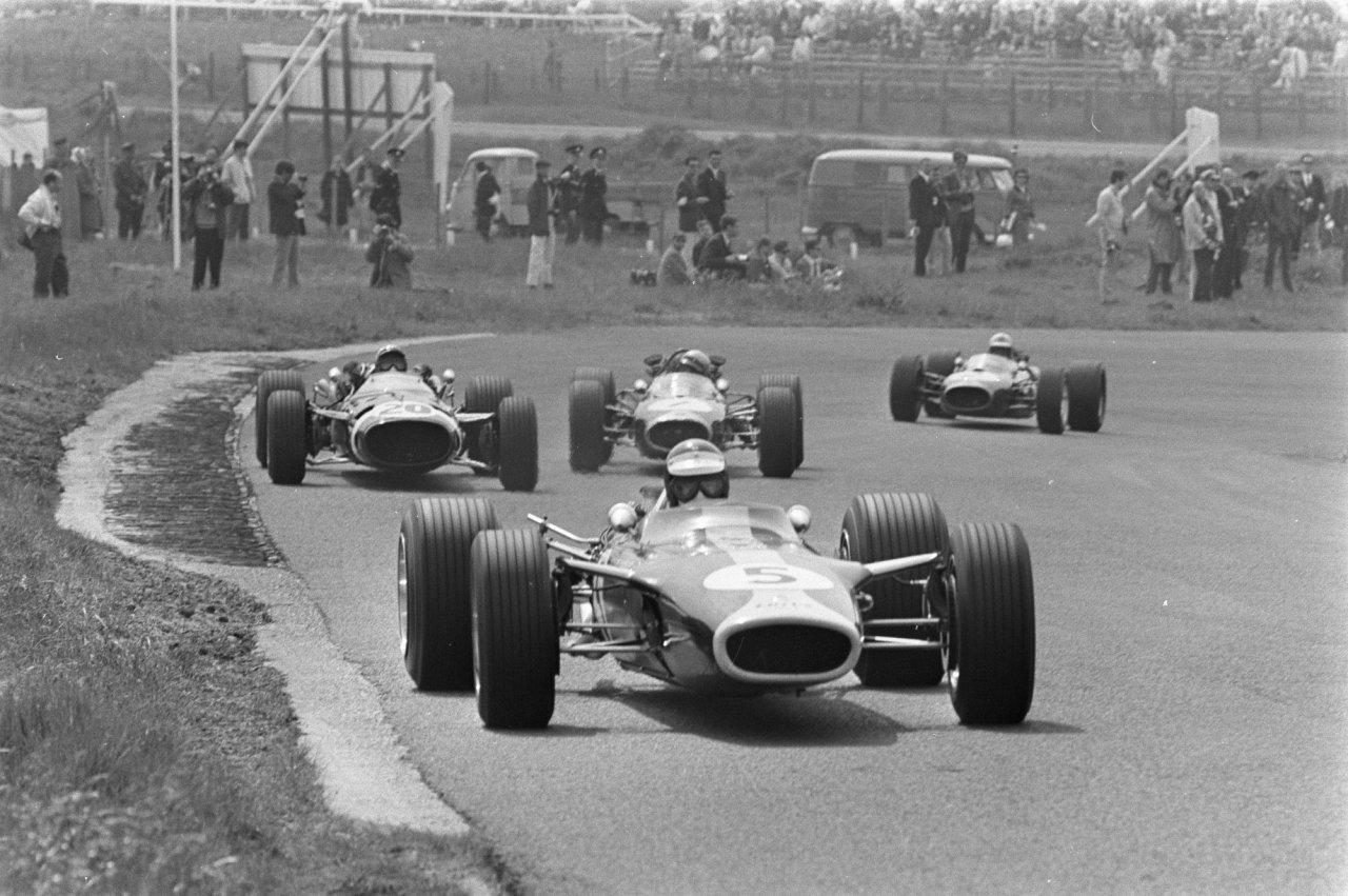 Jim Clark gewinnt 1967 den Großen Preis der Niederland. Hier setzt sich Clark in der Anfangsphase des Rennens von Jo Siffert, Jack Brabham und Jackie Stewart ab.