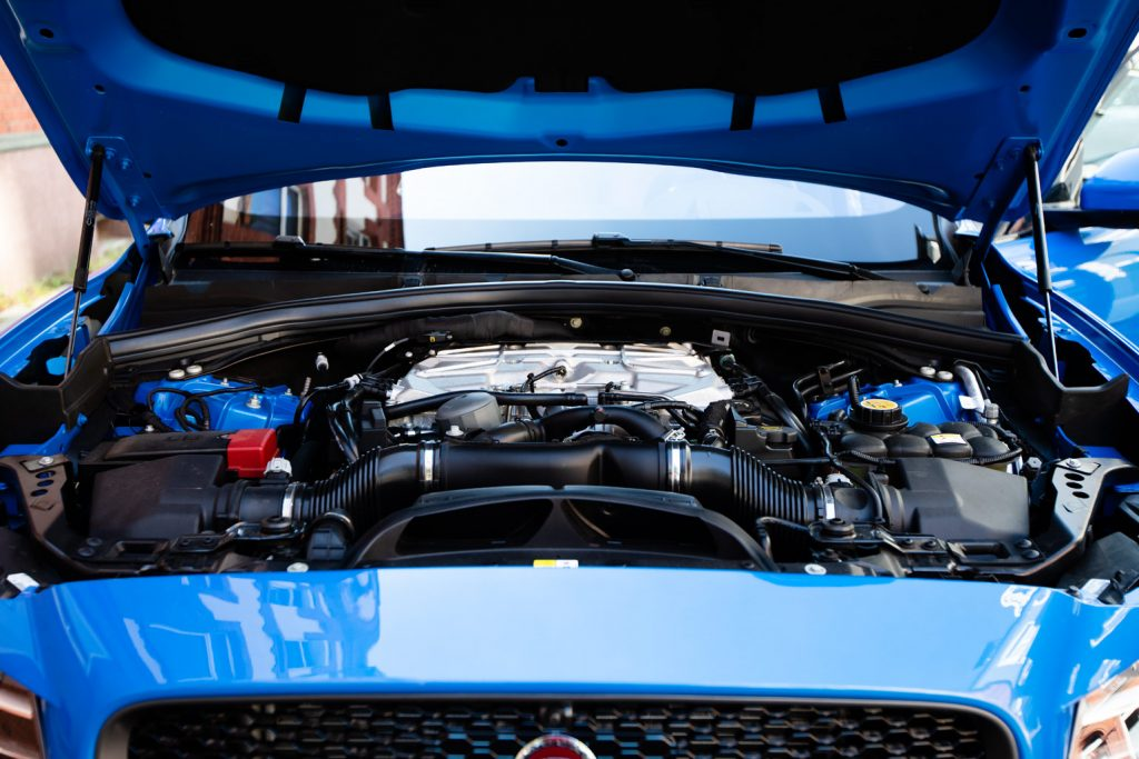 V8 mit Doppel-Kompressor - der Motor im Unterwegs im Jaguar F-Pace SVR