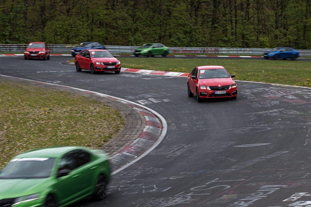 Die Gruppe der ŠKODA OCTAVIA RS unterwegs im Adenauer Forst der Nordschleife des Nürburgrings