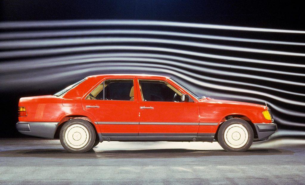 Mercedes-Benz Limousine der Baureihe 124 im Windkanal. Foto aus dem Jahr 1984.