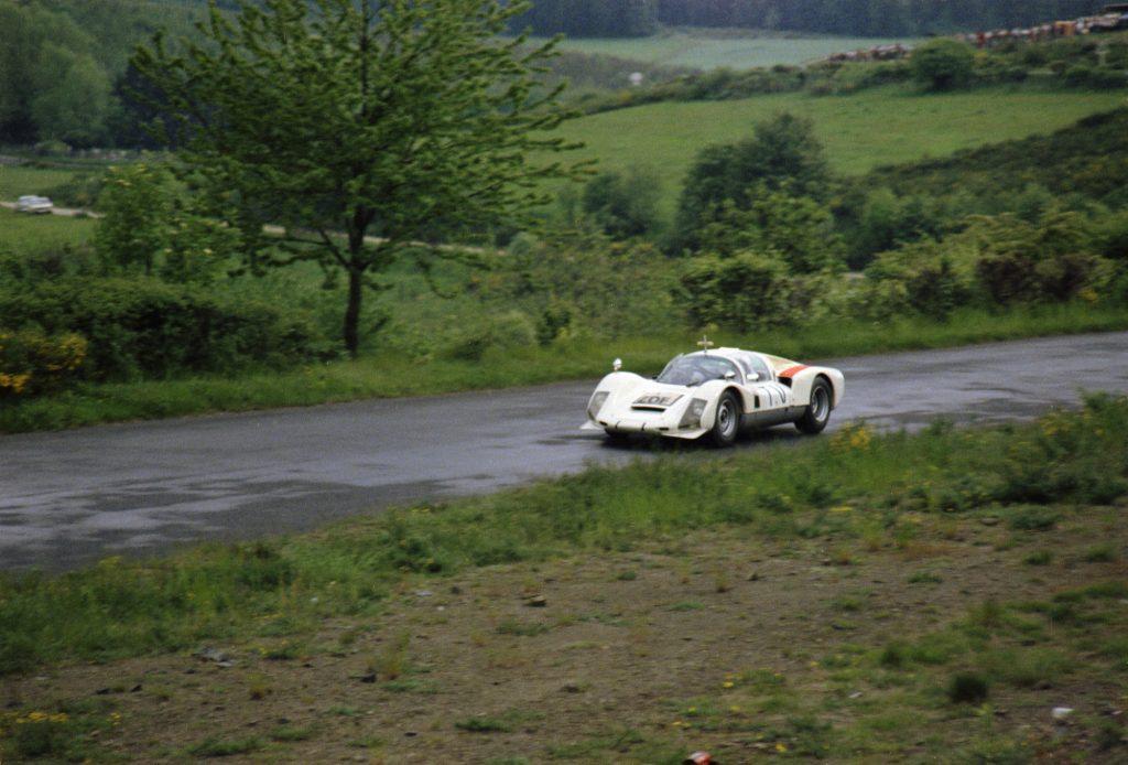 Der Porsche 906 mit Kamera und Antenne auf der Nordschleife des Nürburgrings – 1.000-km-Rennen 1967 (Foto: Porsche)