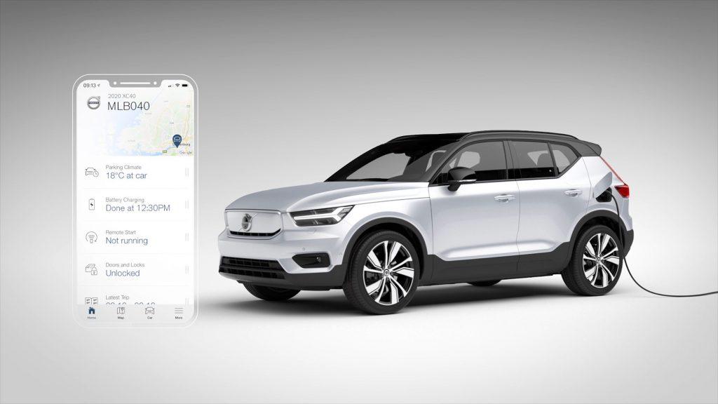 Die Ladebuchse des Volvo XC40 Recharge P8 AWD befindet sich hinter der Tankklappe. Nur der fast geschlossene Kühlergrill deutet von außen auf den Elektroantrieb hin. Wer will, der kann den Ladevorgang über sein Smartphone verfolgen. (Foto: Volvo).