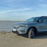 Volvo XC40 Recharge P8 AWD Pure Electric am Elbstrand