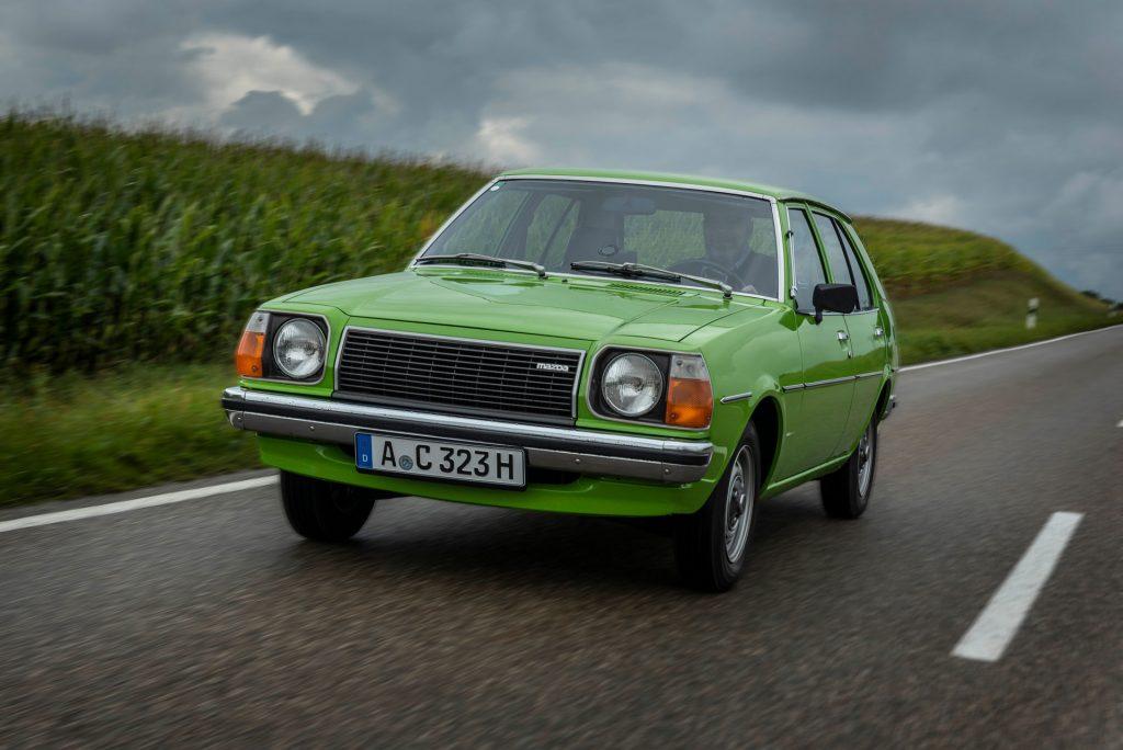 Tom Schwede unterwegs im Mazda 323 von 1979